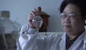 553852601-tu-youyou-glass-container-researcher-shaking-600x350